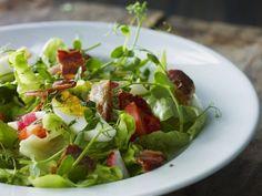 Frühlingshafter Salat mit hartem Ei und Bacon