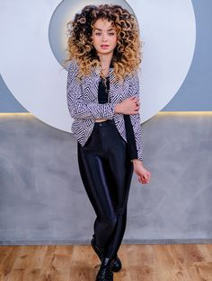 We grab British chanteuse Ella Eyre before she sets off an intense summer festival schedule, to chat about her style. Turns out she loves catsuits, Vivienne Westwood and anything high waisted. Afro, Ella Eyre, Tori Kelly, Look Fashion, Street Fashion, Lorde, Love Her Style, Big Hair, Catsuit