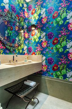 Fofura do Dia: lavabo estampado, colorido e hollywoodiano da Andrea Murao. Blog Achados de Decoração