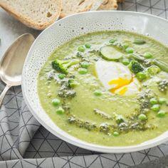 Krem z zielonych warzyw z jajkiem w koszulce i pesto