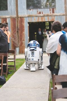 May the Force Be With Creative Star Wars Themed Wedding Ideas - Star Wars Rings - Ideas of Star Wars Rings - wonderful star wars themed wedding ideas to use robot as ring bearer Star Wars Wedding, Geek Wedding, Dream Wedding, Wedding Disney, Disney Weddings, Fairytale Weddings, Theme Star Wars, Star Wars Ring, Wedding Themes
