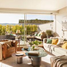 La terraza que los enamoró. Sofá de Kettal, mesas bajas de Mercader de Venecia, mesa y sillas de Greendesign y parquet de Exterpark.