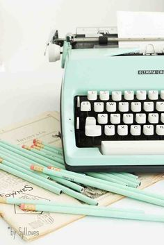 mint vintage typewriter and matching pencils - minty eye candy Sylloves.: Syl*s happy vintage SHOP Color Menta, Mint Color, Look Vintage, Retro Vintage, Vintage Office, Vintage Green, Eye Candy, Vintage Typewriters, Pretty Pastel