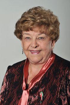 Kossuth-, Jászai Mari- és Balázs Béla-díjas magyar színművésznő, érdemes művész, szinkronszínésznő.
