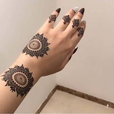Beautiful Easy Finger Mehndi Designs Styles contains the elegant casual and formal henna patterns to try for daily routines Henna Hand Designs, Round Mehndi Design, Pretty Henna Designs, Mehndi Designs Finger, Mehndi Design Photos, Mehndi Designs For Fingers, Henna Tattoo Designs, Dulhan Mehndi Designs, Mehndi Designs For Girls