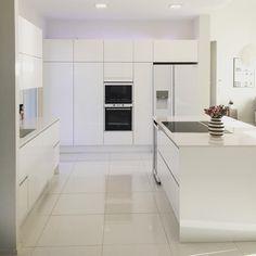 Valkoinen keittiö ja saareke | @tittanelli
