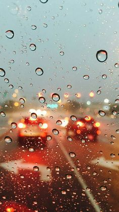 Photography of Window View and raindrops during a raining day. Lights reflections of highway car headlamp during raining day. Rainy Wallpaper, Cool Wallpaper, Mobile Wallpaper, Rainy Day Photography, Rain Photography, Photography Composition, Photography Studios, Photography Classes, Photography Awards