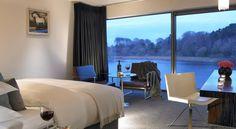 El Hotel Ice House se encuentra en el pueblo de Ballina en Irlanda. Este hotel tiene habitaciones con ventanas enormes y vistas hacia el río.