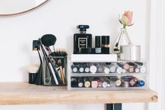 Beauty station and dressing table and storage solutions for a small spaces Makeup Vanities, Diy Makeup Vanity, Small Dressing Table, Dressing Tables, Dressing Room, Easy Diy Makeup, Vanity Room, Vanity Fair, Make Up Storage