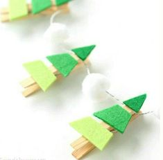 It's time to start pulling out all your Christmas decorations. In case you need something new to add to your tree, how about try making this cute Christmas tree garland? Diy Christmas Tree Garland, Diy Felt Christmas Tree, Dollar Store Christmas, Christmas Mason Jars, Christmas Ornament Crafts, Christmas Gifts For Friends, Dollar Store Crafts, Christmas Crafts For Kids, Kids Crafts