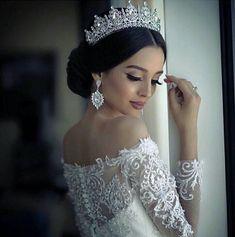 Este posibil ca imaginea să conţină: 1 persoană wedding hairstyles with tiara Wedding Hairstyles With Crown, Bride Hairstyles, Bridesmaid Hairstyles, Celebrity Hairstyles, Hairstyle Ideas, Short Hairstyles, Bridal Crown, Bridal Tiara, Headpiece Wedding