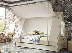 C'est la grande aventure dans ce lit effet tente amovible.  © : Mathy by Bois