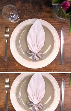 Imponer gjestene med stilige servietter du enkelt bretter selv. Her får du oppskriften på vifte av serviett. Wedding Napkin Folding, Cloth Napkin Folding, Wedding Napkins, How To Fold Napkins, How To Fold Towels, Dinner Party Table, Table Manners, Holidays And Events, I Foods