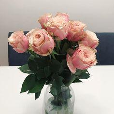 A Anna ( @floritismo ) le encargaría que me llenase la vida de flores y lo haría igual que en mi boda: confiando ciegamente en ella. Sus flores son siempre especiales y sus ramos delicados e imperfectos como la vida.  Mil gracias Anna por el mimo y cuidado en todos los detalles. Ahora mi mesa tiene unas rosas inglesas de infarto   #floritismo #rosasinglesas #flowerbouquet #ramosviajeros