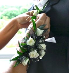 Black and White – Prom – Rose Wristlet – Flowers – www … Schwarz und Weiß – Prom – Rose Wristlet – Blumen – www … Homecoming Flowers, Homecoming Corsage, Prom Flowers, Bridal Flowers, Prom Corsage And Boutonniere, Corsage Wedding, Wedding Bouquets, Corsages, Boutonnieres