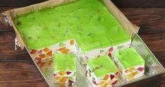 Wiosenne i orzeźwiające ciasto śmietanowe z kolorowymi galaretkami, idealne na deser w ciepłe dni