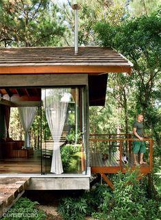 Casa de campo é uma solução para relaxar longe de tudo. Veja mais de 60 fotos de casas de campo para se inspirar e construir a sua.