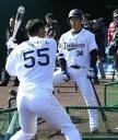 T―岡田(左)のティー打撃を熱心に見つめる吉田正