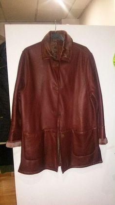 Chaquetón de cuero T44 Precioso chaqueton forrado de pelo. Piel de ovino. En impecable estado como nueva. Calentito y estiloso para salirse del negro Da 120 de contorno max. 65 euros.mas envio Una preciosidad en color cereza