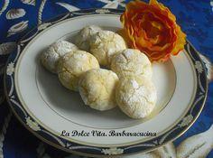 Per una deliziosa merenda, vi consiglio questi biscotti al limone....sono morbidi e profumati, arricchiti da succo e buccia di limone e buccia di arancia!