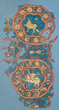 [Musées]Fragment du suaire de Saint Lazare. Il fut tissé dans un atelier musulman installé dans le sud de l'Espagne. Un fragment du même tissu conservé à Autun porte l'inscription « le Victorieux », titre réservé au gouverneur Abd-Al-Malik, vainqueur sur les chrétiens en 1007. Le suaire du saint patron de la cathédrale d'Autun est ainsi un rare exemple d'étoffe islamique précisément datée. © coll. du Musée de Cluny, DR.