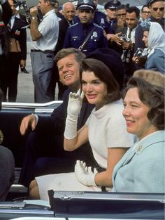 Nov 1963 - 50 years ago this week, great photo of JFK, Jackie and Nellie Connally in the presidential limo leaving San Antonio International airport. Jackie Kennedy, Les Kennedy, Jaqueline Kennedy, Greatest Presidents, American Presidents, Us Presidents, Familia Kennedy, Lee Radziwill, John Junior