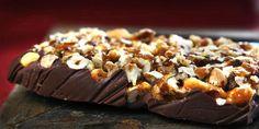 Sjokolade med karamelliserte nøtter - Jo, denne er enkel å lage. Fruit Soup, Norwegian Food, Homemade Chocolate, Pudding, Favorite Recipes, Sweets, Cookies, Baking, Desserts