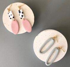 Polymer Clay Charms, Polymer Clay Jewelry, Resin Jewelry, Jewellery, Diy Clay Earrings, Hoop Earrings, Ideas Joyería, Clay Design, Ceramic Jewelry