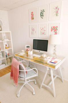 Nos gusta la nueva tendencia en decoración de oficinas en la que predomina el color blanco como una forma de atraer la luz y la claridad para que cada espacio se vea iluminado.