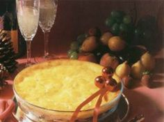 Receita de Enformado de Frango com Base de Batatas - Refogado de Frango:, 1 peito de frango cozido e desfiado, 1 lata de molho de tomates, 1 lata (medida) do caldo de cozimento do frango, Temperos a gosto, 1 colher (sopa) de farinha de trigo, 1 lata de creme de leite com o soro, Base de Batatas:, 1 1/2 kg de batatas cozidas e amassadas, 1 colher (sopa) de manteiga ou margarina, 4 gemas, Sal, Noz moscada ralada na hora, 1 xícara de farinha de trigo, Outros:, Manteiga derretida, Queijo…