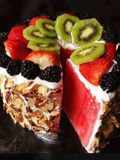 Kuchen kann auch gesund. Und zwar in Form dieser leckeren Wassermelonen-Torte. In wenigen Minuten zubereitet und noch schneller vernascht. Das Rezept.