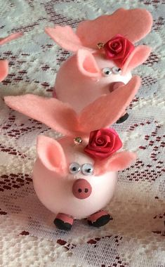 Have you ever seen such cute Flying Pigs Easter Eggs? These are very delicate and a project for teens or adults to make but kids of all ages love them.