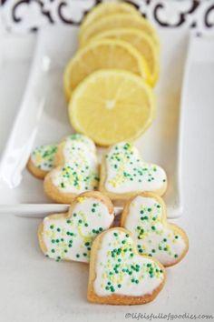 Mit Zitrone verfeinertes Buttergebäck mit einem zitronigen Guss