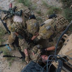 Pararescue specialists from the Expeditionary Rescue Squadron, pull Staff… Military Careers, Military Gear, Military Police, Military Weapons, Military History, Air Force Pararescue, Usaf Pararescue, Usaf Pj, Tactical Gear