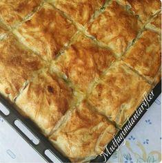 sabah kahvaltıda sıcacık peynirli börek sevenleri görelim sizin için hazır yufkayla yapılmış lezzeti el açması böreklerle yakışır bir lezzet. Peynirli Börek