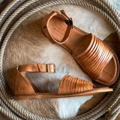 The Tejas – Mason Tan leather open toe flat sandal. The prettiest dip die detail. Flat Sandals, Leather Sandals, Gladiator Sandals, Timberland Style, Timberland Fashion, Open Toe Flats, Beautiful Sandals, Fashionable Snow Boots, Western Chic