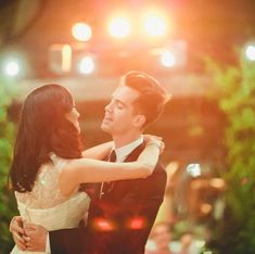 Brendon Urie singing to his wife on their wedding day. One of the most romantic things I\'ve ever seen