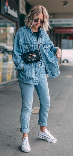 The denim jacket started as a way of re-purposing old scraps from jean manufacturing, and from these casual beginnings, we have a very casual item. However, the denim jacket is a staple piece that has more to offer than casual wear. Mode Outfits, Jean Outfits, Trendy Outfits, Fashion Outfits, Summer Outfits, Jackets Fashion, Style Fashion, Double Denim Outfits, Double Denim Fashion