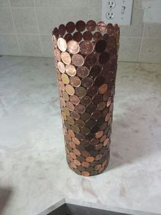 Penny Jar: Looking for a neat way to get rid of all your obsolete pennies, and get a unique change jar or vase out of it. Here's your answer, the penny jar! Diy Home Crafts, Arts And Crafts, Coin Crafts, Coin Display, Trash Art, Coin Art, Old Coins, Wine Bottle Crafts, Dollar Store Crafts
