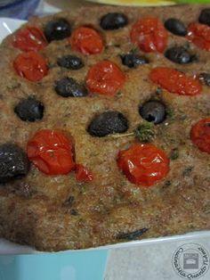 Focaccia integrale con pomodorini e olive nere