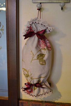 CARAMELLA PORTASACCHETTI - Linea Rose Marie - PatriziaB.com  Originale e raffinata caramella portasacchetti realizzata in tessuto fantasia, bordata in merletto