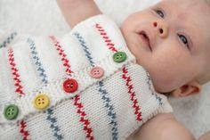 92470. 'Hedda' - tunika med pippiränder och matchande mamelucker Knitted Baby Clothes, Baby Born, Knit Vest, Baby Sweaters, Matcha, Baby Knitting, Knitting Patterns, Dolls, Babies