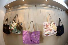 Modello shopper reversibile camoscio e canvas dipinta a mano e personalizzabile su richiesta.