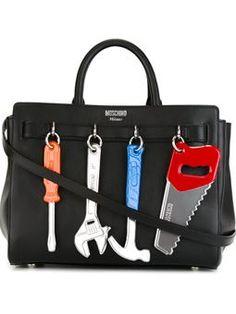 bolso tote con herramientas colgantes