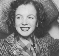 """En 1941, Norma Jeane fait la connaissance de James « Jim » DOUGHERTY, un voisin de cinq ans son aîné, ouvrier dans la première usine de drones radio-commandés, """"la Radioplane Company"""", créée par l'acteur Reginald DENNY. Grace, qui arrange le mariage, organise les noces qui ont lieu le 19 juin 1942, soit quelques jours après son seizième anniversaire. Un an plus tard, Jim rejoint la marine marchande puis en 1944 l'équipage du B-17 au-dessus de l'Allemagne, avant son retour à la vie civile…"""