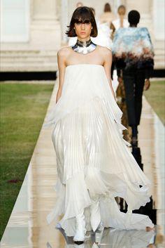 Sfilata Givenchy Parigi - Alta Moda Autunno-Inverno 2018-19 - Vogue