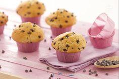 I muffin con gocce di cioccolato, sono dei soffici dolcetti americani, che cuociono al forno nei loro stampini o in pirottine.
