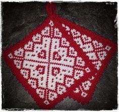 Julegryteklut pattern by Jorunn Jakobsen Pedersen - Topflappen Sitricken Crochet Potholders, Knit Crochet, Knitting Charts, Knitting Patterns, Biscornu Cross Stitch, Knitted Flowers, Double Knitting, Knitting Projects, Pot Holders