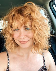 A Subtle Take on Chunky Highlights - 20 Edgy Ways to Jazz Up Your Short Hair with Highlights - The Trending Hairstyle Curly Hair Fringe, Curly Hair With Bangs, Short Wavy Hair, Curly Hair Styles, Short Blonde, Wavy Haircuts, Hairstyles, Strawberry Blonde Hair, Keratin