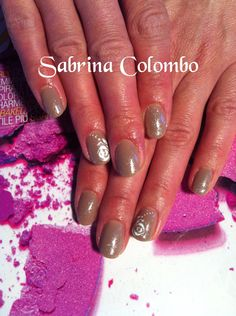 Copertura in gel su unghie naturali monocolore beige e nail art a mano di rosa bianca